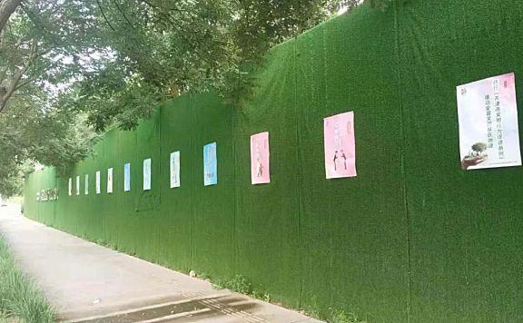 津南区海棠街公共管理办按照区创文办要求做好建筑工地公益广告投放工作